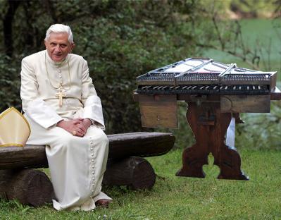 Le délicat transport du piano papal dans les appartements pontificaux