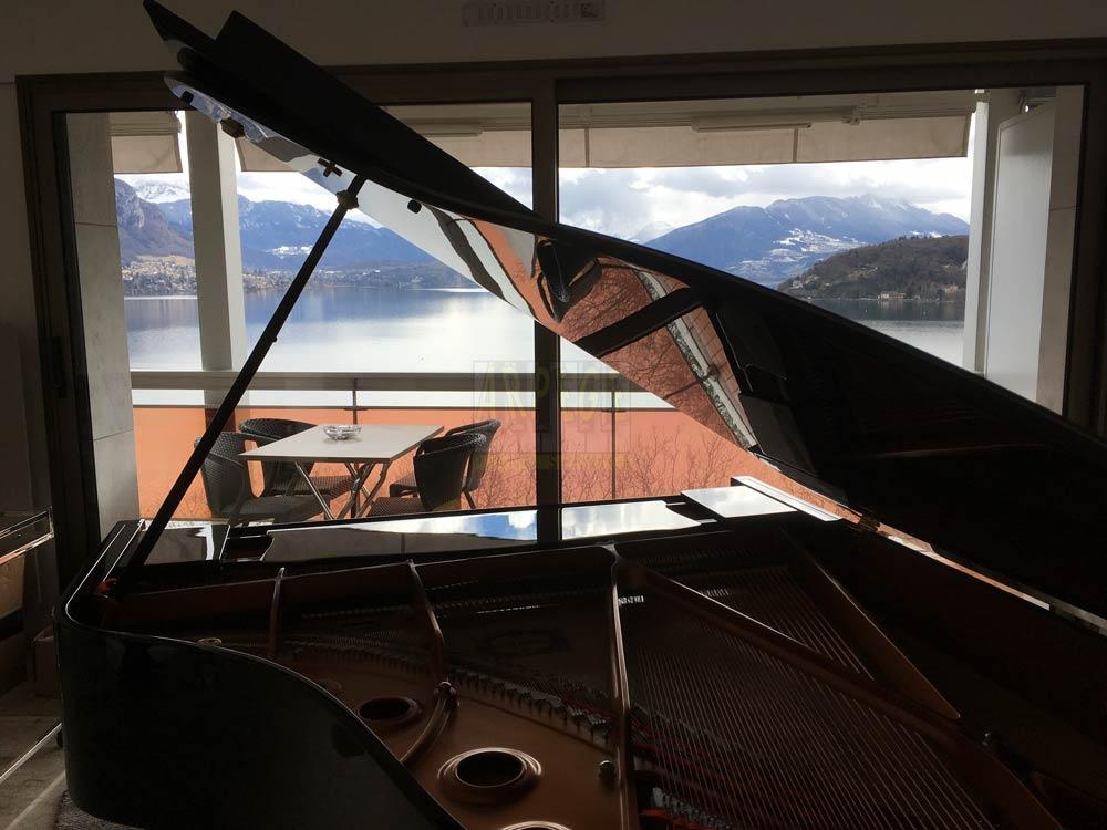 Piano avaec vue du lac d'Annecy