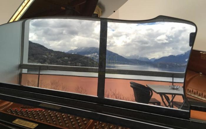 Pupitre de piano à queue avec rélexion di lac d'Annecy