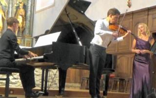 Gaspard Dehaene, Victoria Jung, Hector Burgan. L'une est chanteuse, l'autre pianiste, le troisième violoniste