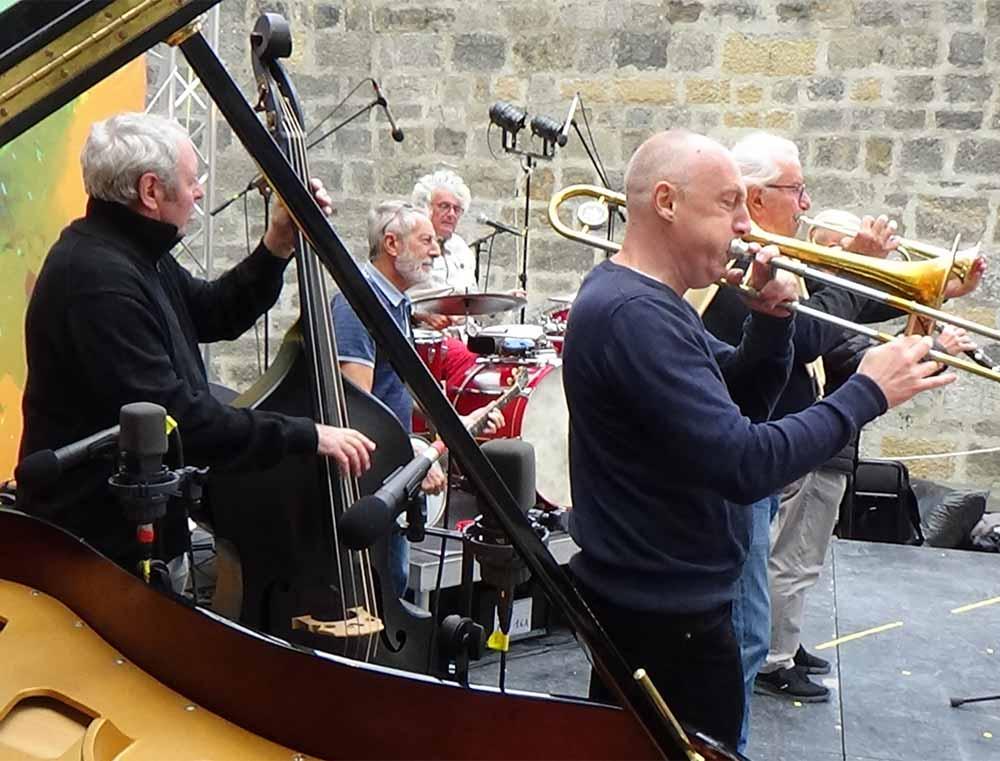 """Sound check avec wind factor, les Haricots Rouges : Pierre Jean (trompette, piano, accordéon, chant). Christophe Deret (trombone, chant). Alain Meaume (clarinette, chant). Michel Sénamaud (batterie, chant) Alain """"Mumu"""" Huguet (contrebasse,soubassophone, chant). Nobert """"Roro"""" Congréga (banjo, guitare, chant)"""