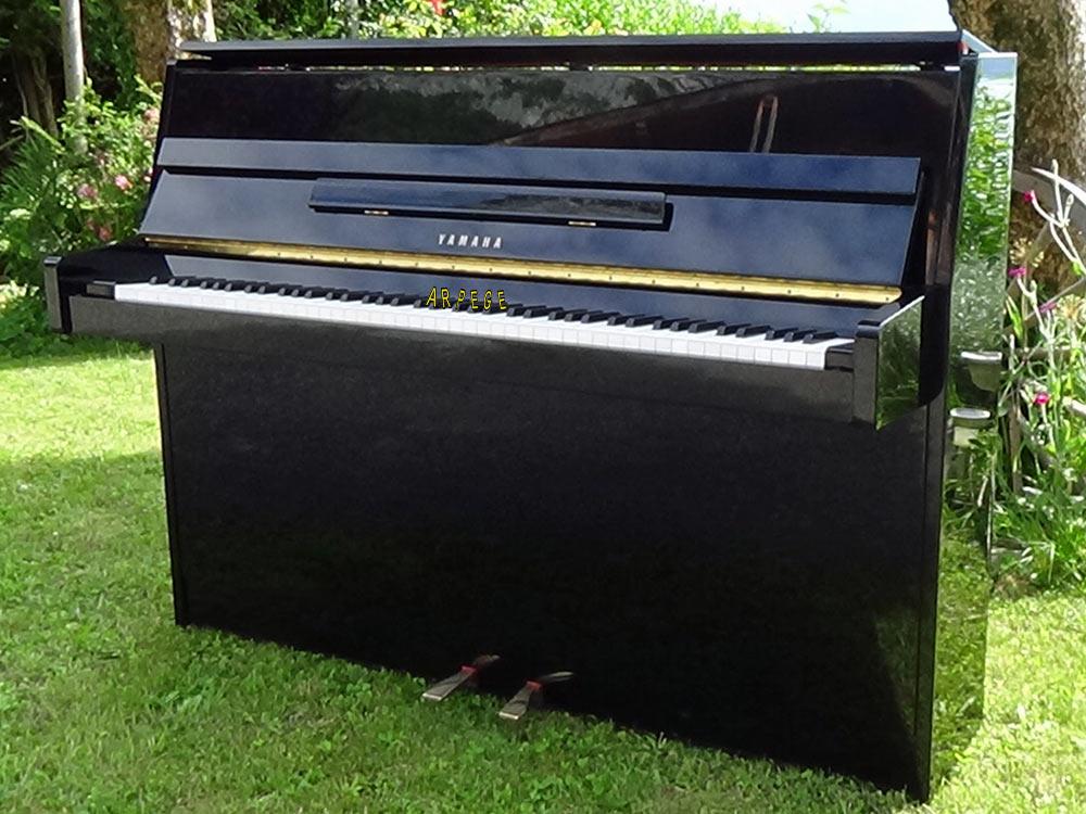 Piano Yamaha E 108, noir brillant. Avec sourdine de travail