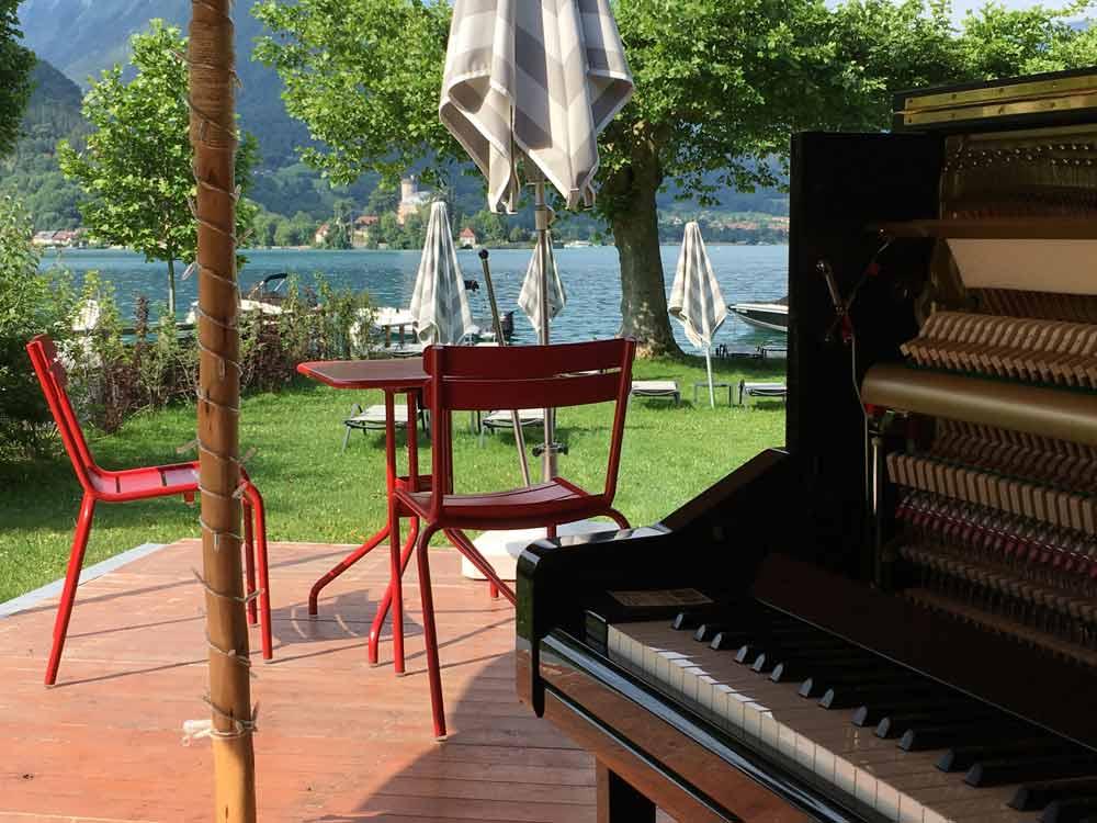 Piano les pieds dans l'eau à l'hotel Beau-Site à Talloires, face au chateau de Duingt, pour mariage