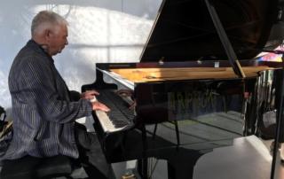 Jean-Yves Poupin faisant connaissance avec le piano avant le concert du soir, dans le cadre de Jazz in Fort l'Ecluse, pour sa délocalisation mensuelle dans ce superbe monument historique.
