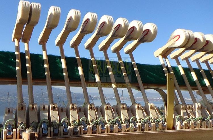 Montage jeu de noix de marteaux sur mécanique Renner de piano droit Ibach, lac d'Annecy