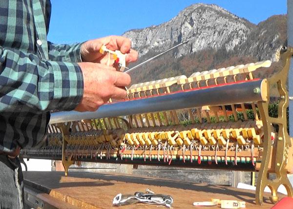 Montage jeu de noix de marteaux sur mécanique Renner de piano droit Ibach, Mont Veyrier, lac d'Annecy